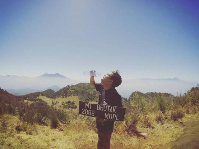 20 Gunung Terindah Di Pulau Jawa Bikin Kamu Ingin Mendakinya Pemandangan Danau Menunggang Kuda