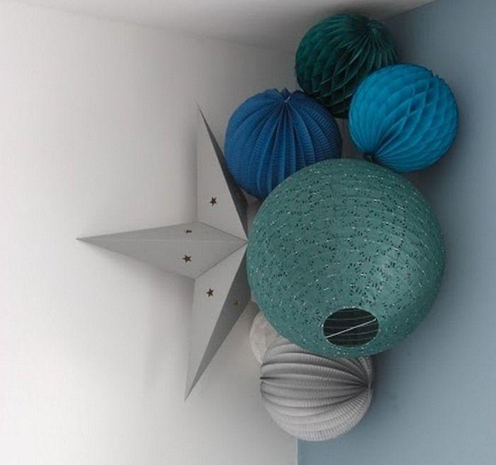 Chambre d\u0027enfant en vert et bleu, décoration avec des boules en papier