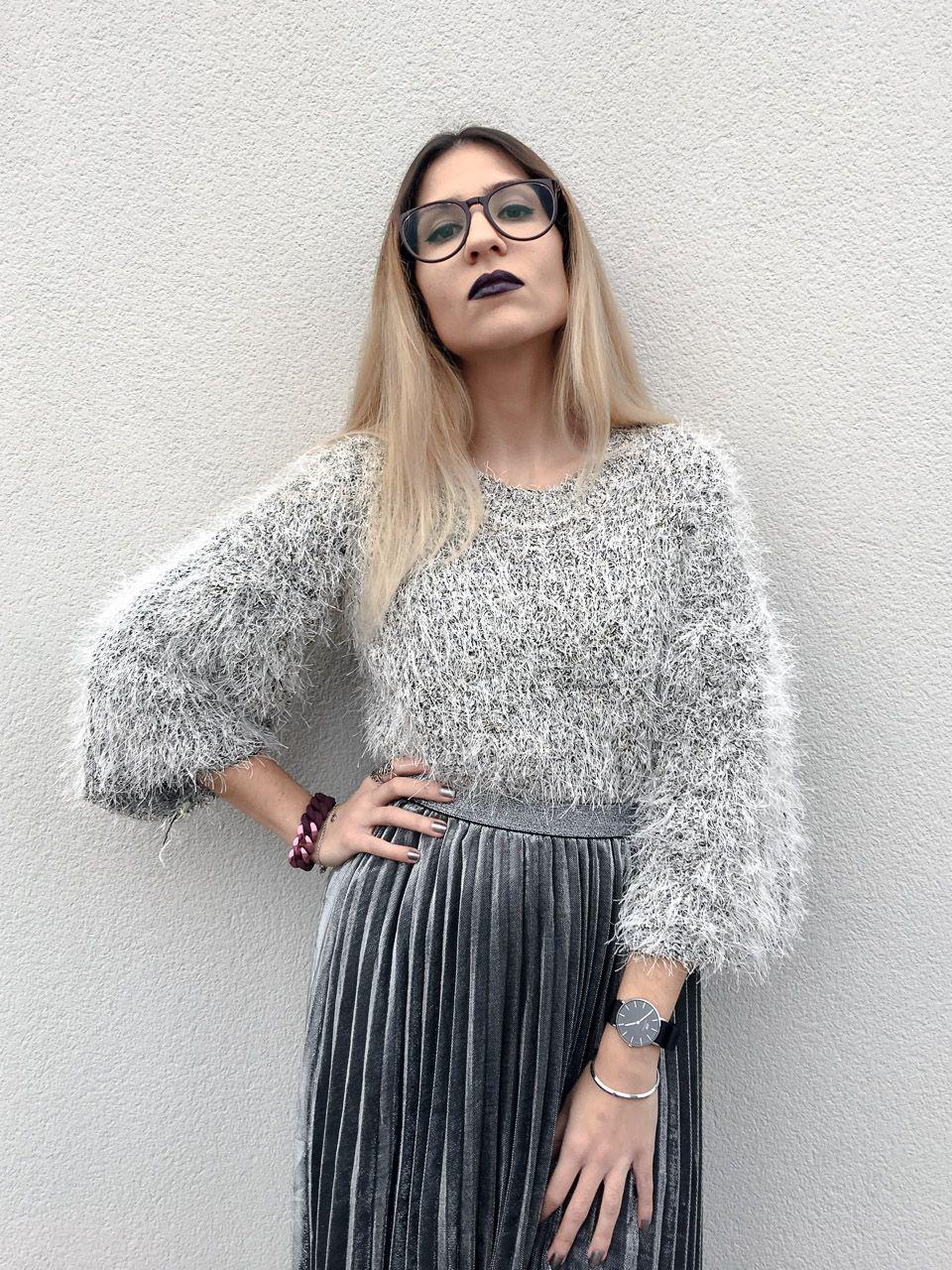 27613a912 Falda midi plisada gris plateada, jersey crop pelo gris plata de ...