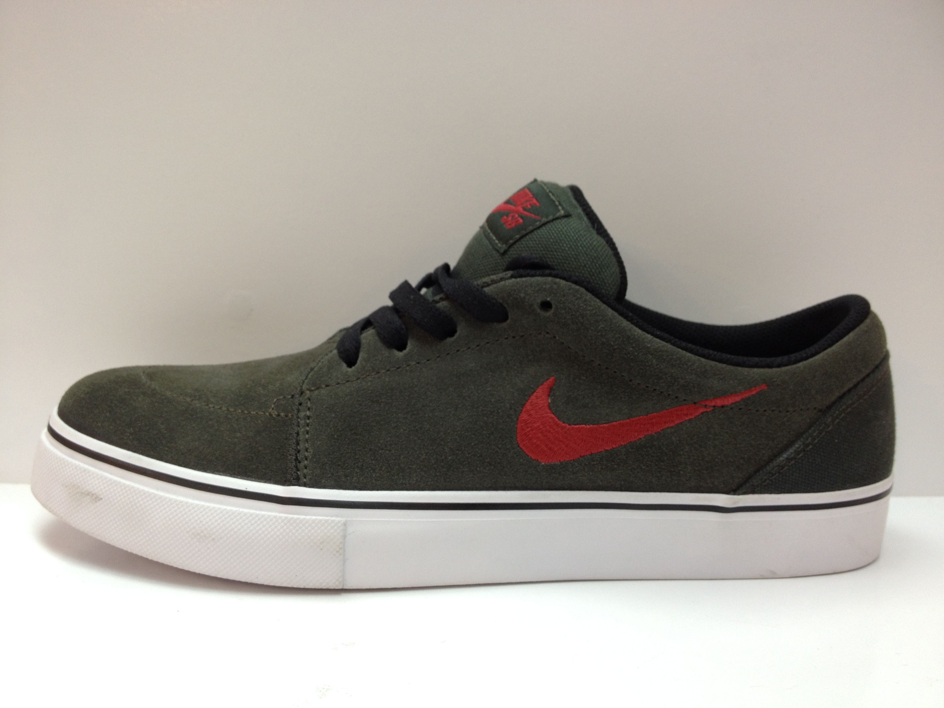 montón confesar omitir  Nike Satire   Sneakers nike, Nike sb, Nike