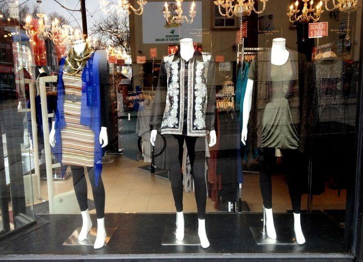 Las vitrinas con fondo negro y espejos son como un lienzo - Combinaciones ropa interior femenina ...