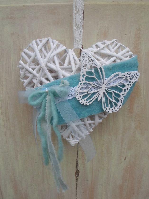 Photo of Cuore in vimini di rattan decorato con nastro in feltro, nastro in pizzo, farfalla in legno, fiocco …