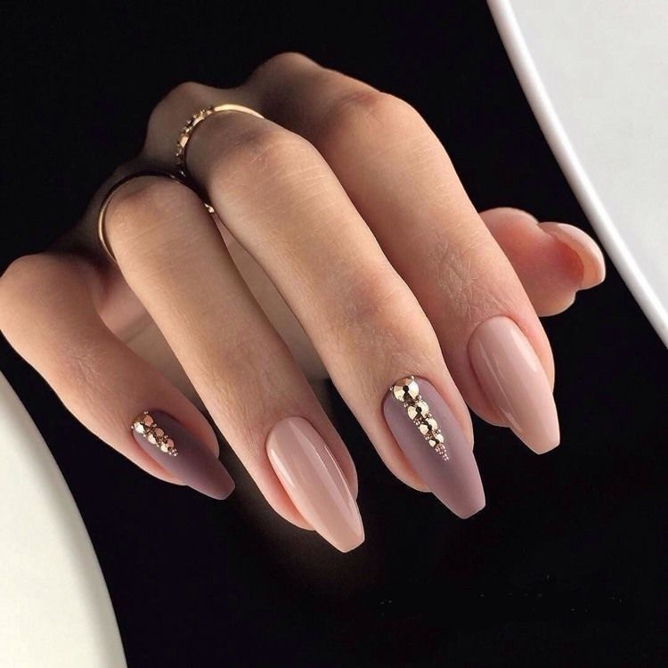 Comment mettre en valeur les ongles nude? Astuces et idées à copier