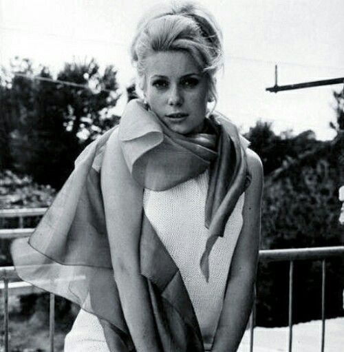 Don't let yourself get sunburned or catch a flu when it gets colder in the evening -wear a luxurious #silk #scarf carelessly draped Catherine Deneuve style today!   #sunshine #catherinedeneuve #foulard #retro #streetstyle #silkscarf #style #headscarf #vintage  #styleblogger #fashionaddict #womenswear