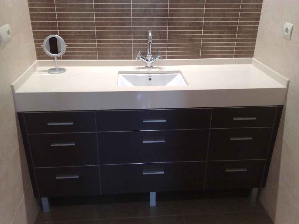 Muebles de ba o para azulejos blancos con decoraci n for Muebles para decoracion de banos