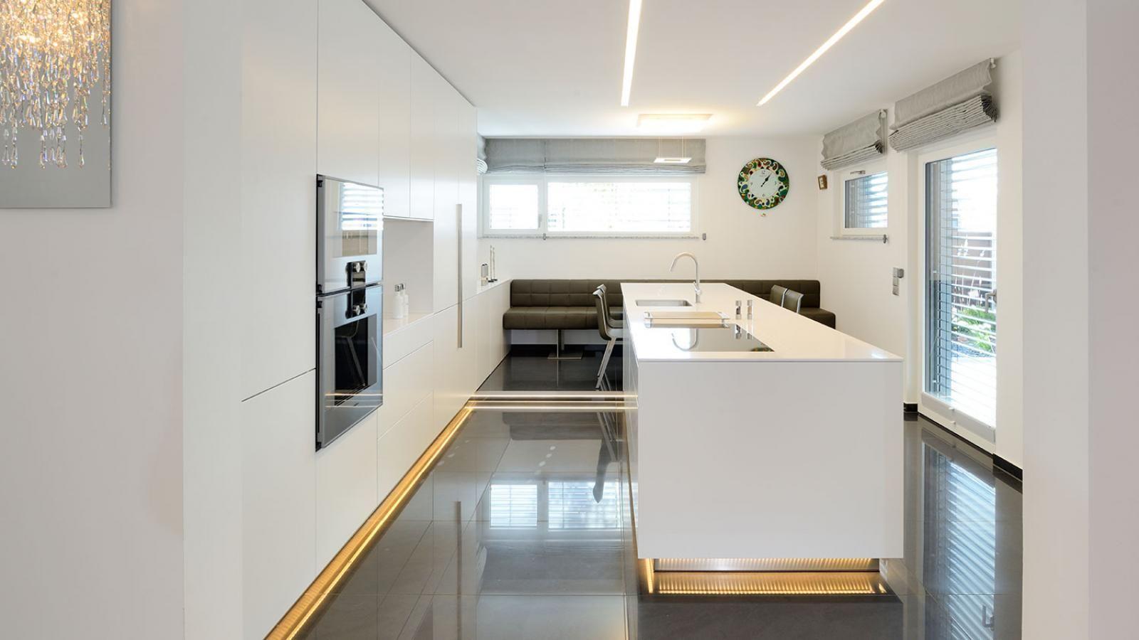 Die Küchen-Arbeitsplatte läuft in einen Tisch mit vier Sitzplätzen ...