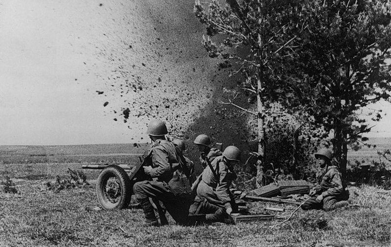 Incroyable cliché pris à l'instant même de l'explosion d'un obus près de ces artilleurs russes. Ils n'y survivront probablement pas.