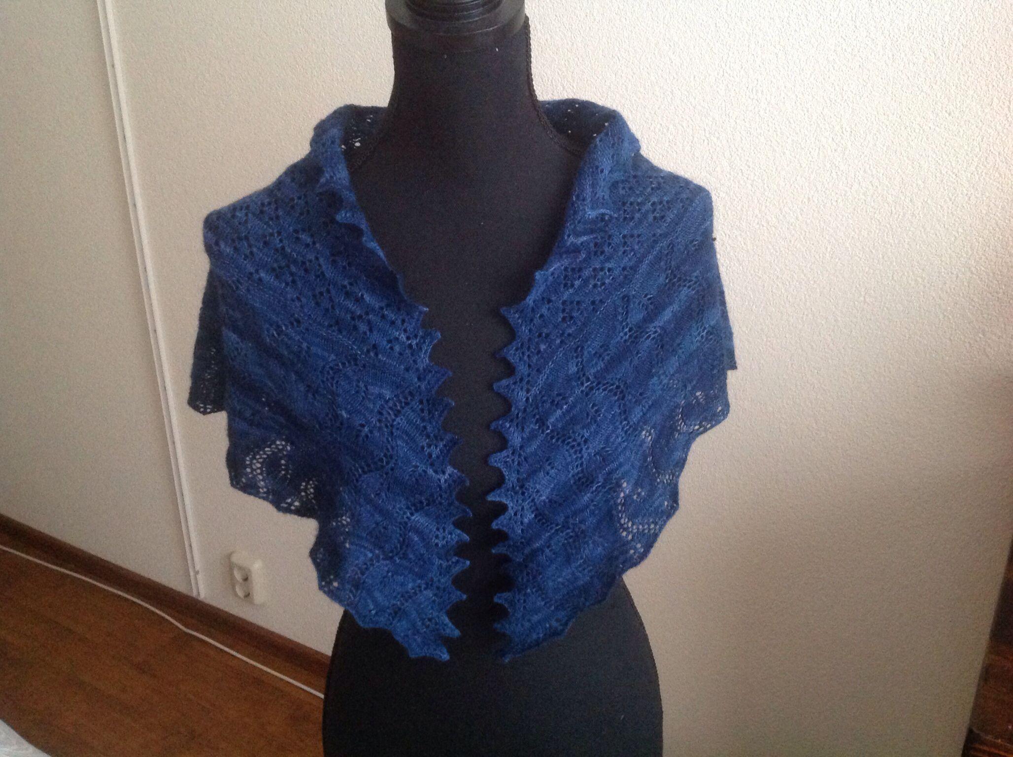 Omslagdoek zelf gebreid van Malabrigo Lace Baby Merino wol uit Uruguay. De kleur is Azul Profundo 150. Het onderste deel van de sjaal is gebaseerd op de Hortensiabloem.