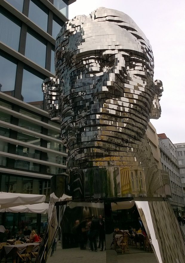 Pääpatsas Praha | A big head in Prague #mirror #statue #tilataide #publicart