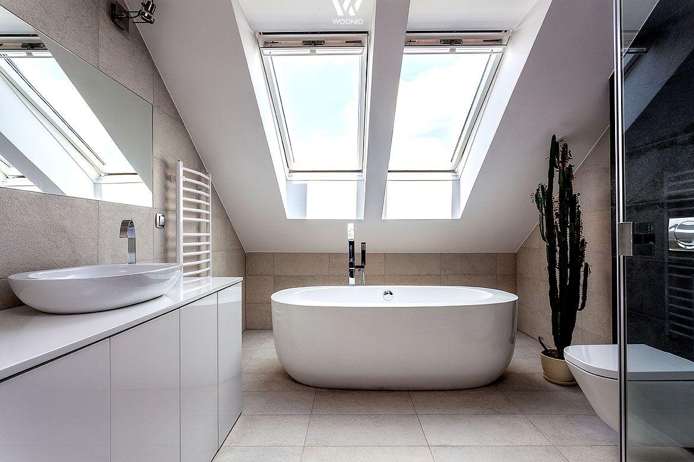 Die Badewanne Unter Den Dachfenster Ladt Auch Noch Nachts Zum Schwarmen Ein Badezimmer Design Badezimmer Dachgeschoss Badezimmereinrichtung
