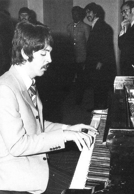John At A Recording Session For The Album Sgt Pepper S Lonely Hearts Club Band The Beatles John Lennon Beatles The Beatles John Lennon