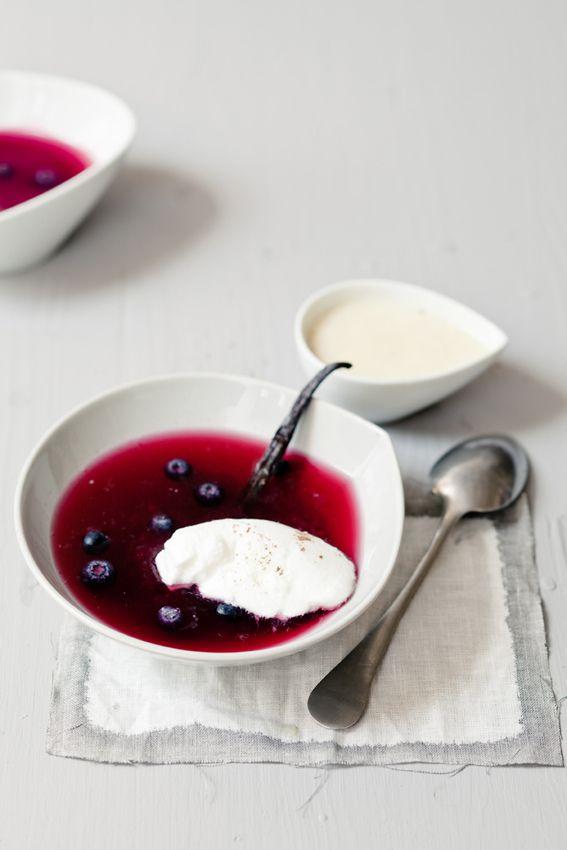 Soupe de myrtilles, oeuf à la neige et crème à la cardamome --- Photo Virginie Garnier ---Styling Sidonie Pain