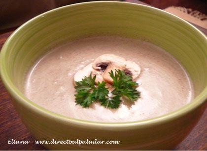 En estos días llegue a casa después de un día lluvioso en Caracas y nos provocaba alguna sopa para la cena. Así que como tenía champiñones frescos en la neve...