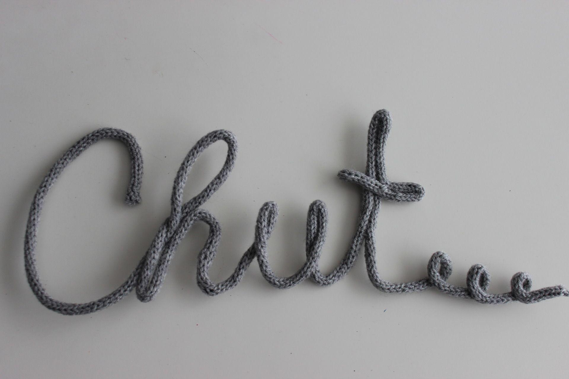 chut mot en tricotin laine grise pour d coration murale tricotin pinterest tricot. Black Bedroom Furniture Sets. Home Design Ideas