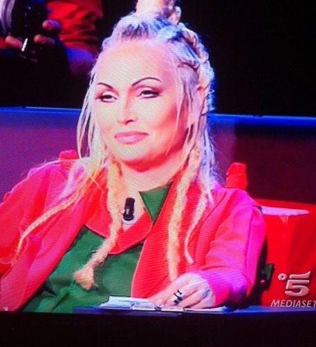 Anche stasera ad AMICI Anna Oxa indossa un anello Rebirth Italy.... L'anello da falangetta, nero doppio giro.