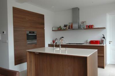 Wegvallen in de muur nis van de keukenwand met apparaten keuken