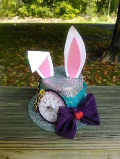Alicia En El País De Las Maravillas Mini Sombreros Por Myfunkyparty Alice In Wonderland Tea Party Birthday Alice Tea Party Alice In Wonderland Decorations