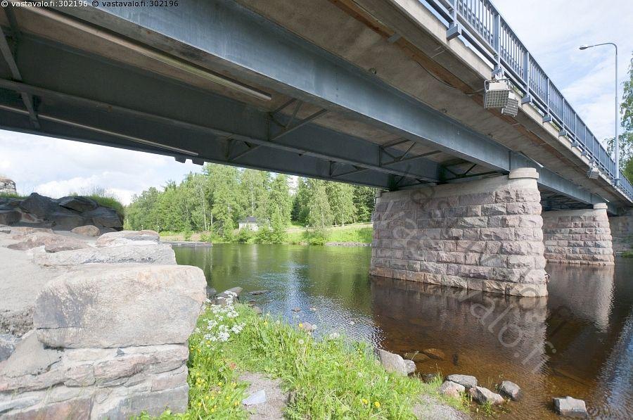 Kajaanin joen ja linnan ylittävä silta.