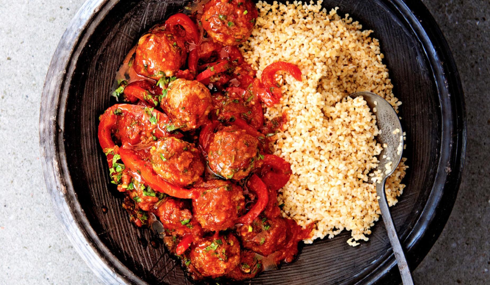 Van gehaktballetjes in tomatensaus krijg je nooit genoeg. Met kruiden, specerijen en harissa zet Janneke ze steeds net weer even anders op tafel.