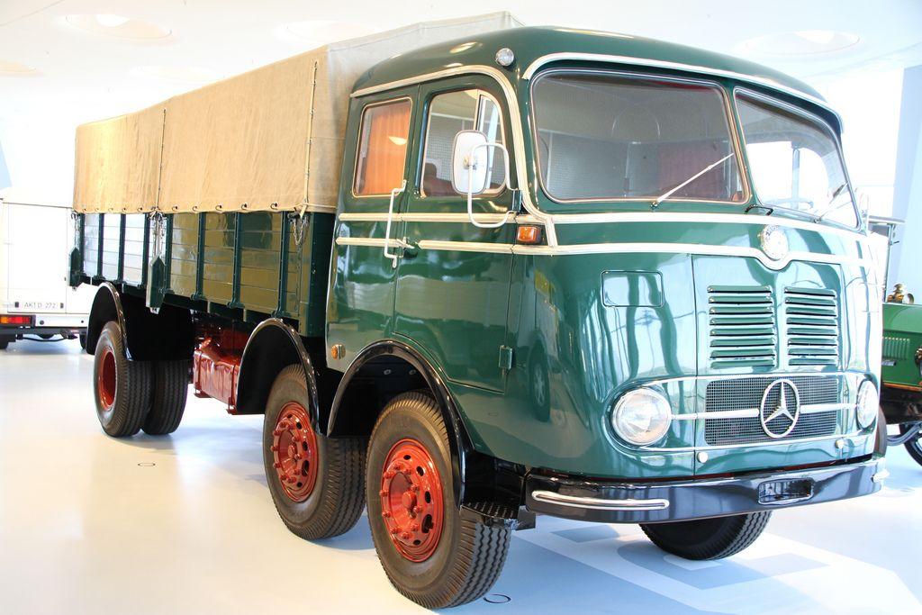 Im Volksmund wurde der LP 333 als Tausendfüßler bezeichnet, da er zwei gelenkte Vorderachsen hatte.  Baujahr 1959, 6-Zylinder 10809 qcm Dieselmotor mit 200 PS bei 2200 U/min, 92 km/h, 9100 kg Nutzlast.
