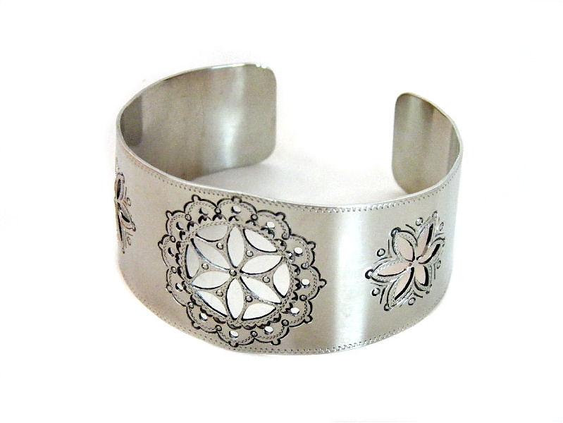Bransoletki Bizuteria Artystyczna Bransoletka Z Rozetkami Ekokoral Pl Bizuteria Artystyczna Korale Goralskie Bizute Jewelry Cuff Bracelets Bracelets