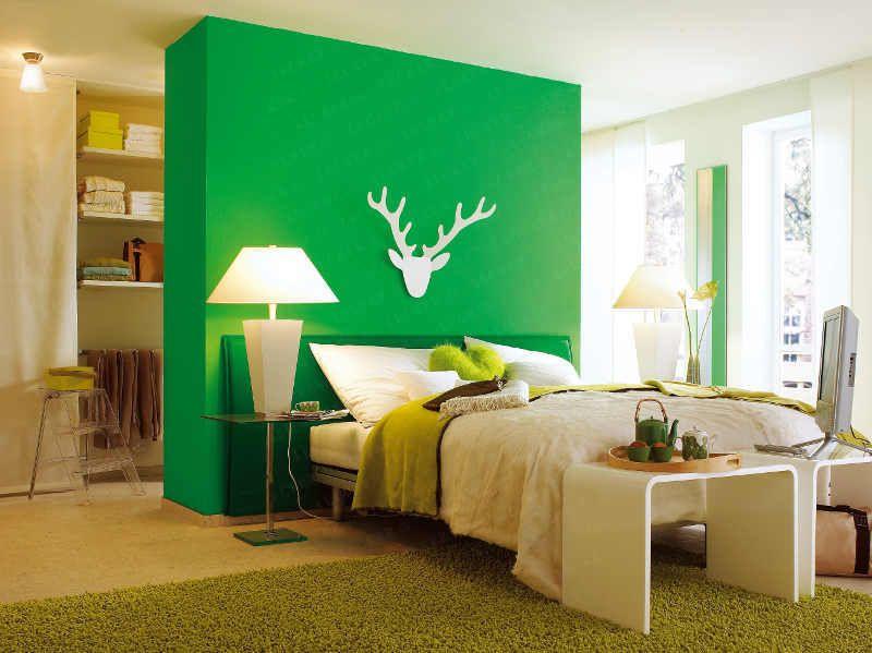 Good Ein Raumteiler trennt den Schlafbereich vom begehbaren Kleiderschrank ab