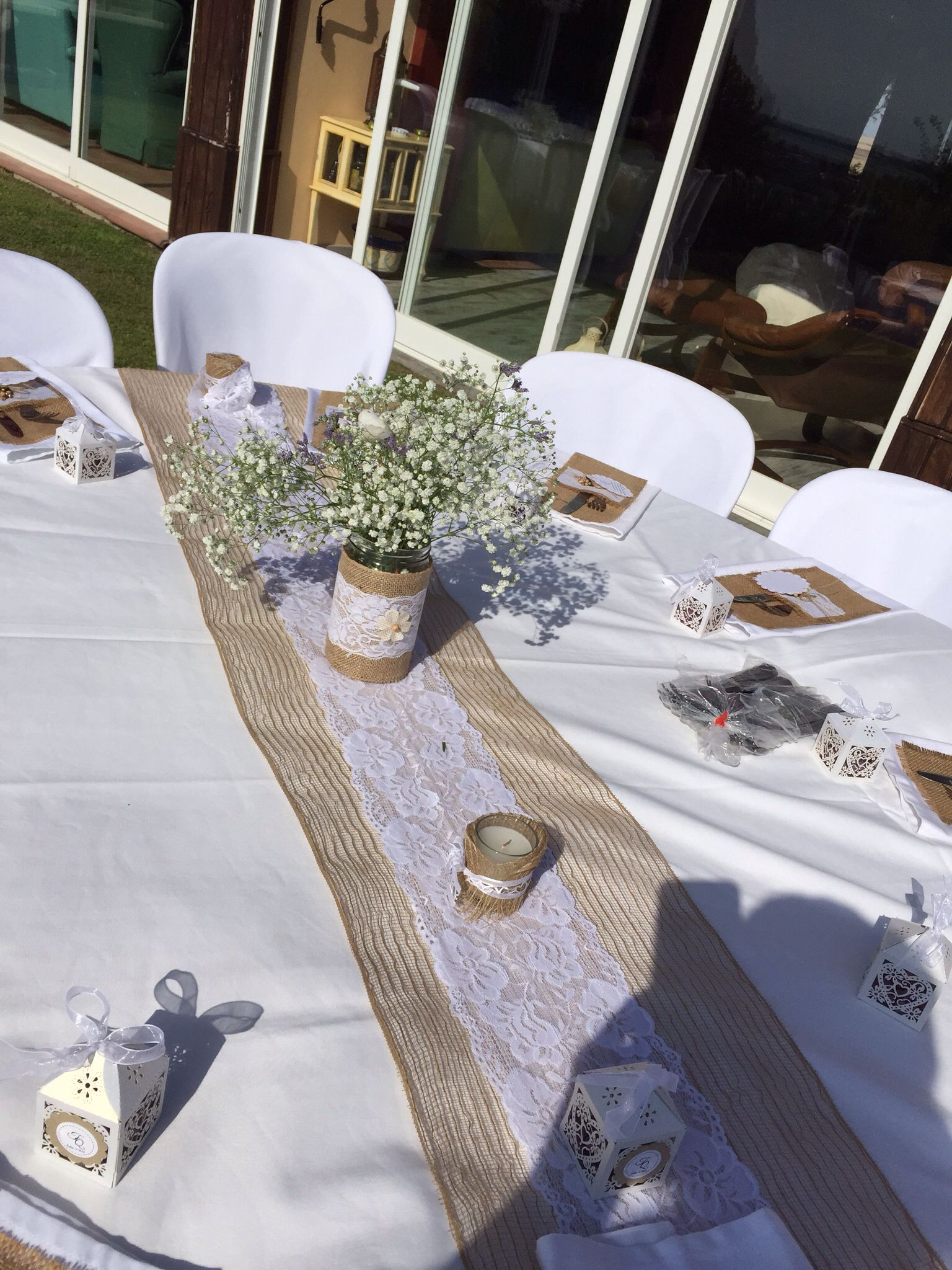 Burlap Table Runner And Flower Pot Camino De Mesa En