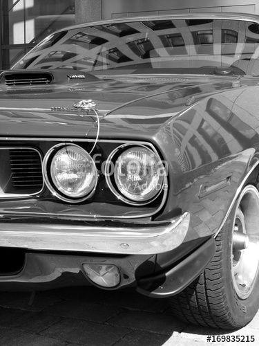 Amerikanisches Plymouth ´cuda 383 Muscle Car der Siebzigerjahre mit Lufthutze auf der Motorhaube beim Oldtimertreffen in Bielefeld in Ostwestfalen, fotografiert in traditionellem Schwarzweiss