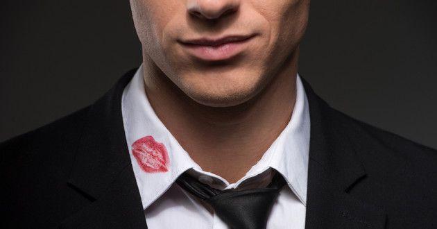 Eu tenho visto em primeira mão o efeito destruidor do adultério. Trair devasta relacionamentos e destrói sonhos. Se você tem acalentado a ideia de trair o seu cônjuge ou alguém com quem está compromissado, que isto sirva de aviso oficial. O seu chefe bonitão, a bela secretária do escritório ou a vizinha sexy da rua de baixo vêm com um preço que você não pode pagar. Antes de trair aqui estão 14 coisas que você realmente precisa saber.