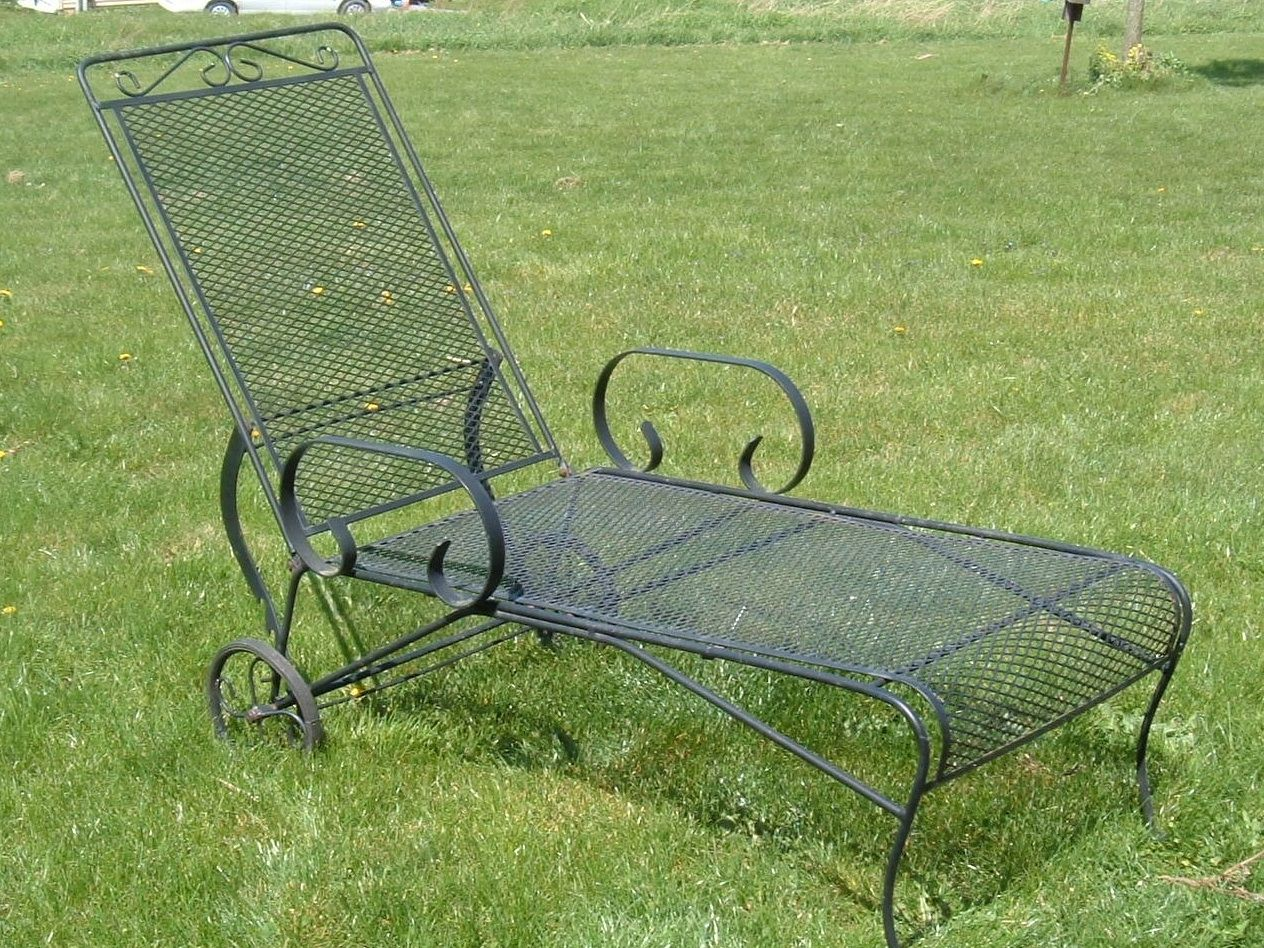 Vintage woodard lounge chair vintage metal bouncy chairs for Black metal chaise lounge outdoor