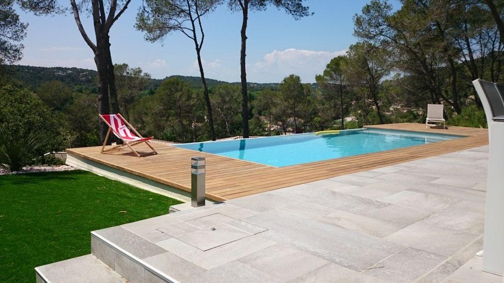 Piscine miroir en béton avec terrasses en travertin, conception et - realiser une piscine en beton