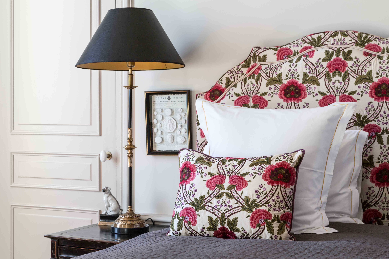 La Roseraie une chambre salon avec cheminée lit Queen size