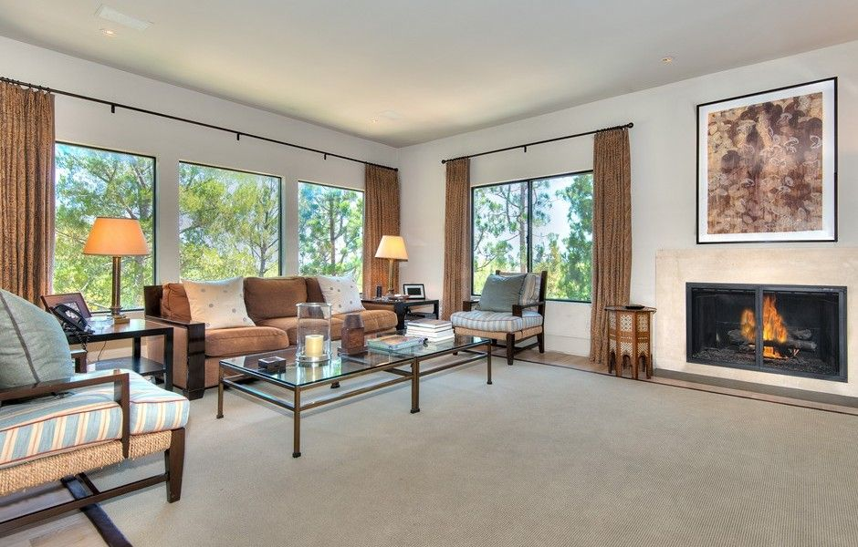 Natural lighting make this family room cozy and the perfect lifestyle to be enjoyed daily. 925 N. Norman Pl | Brentwood