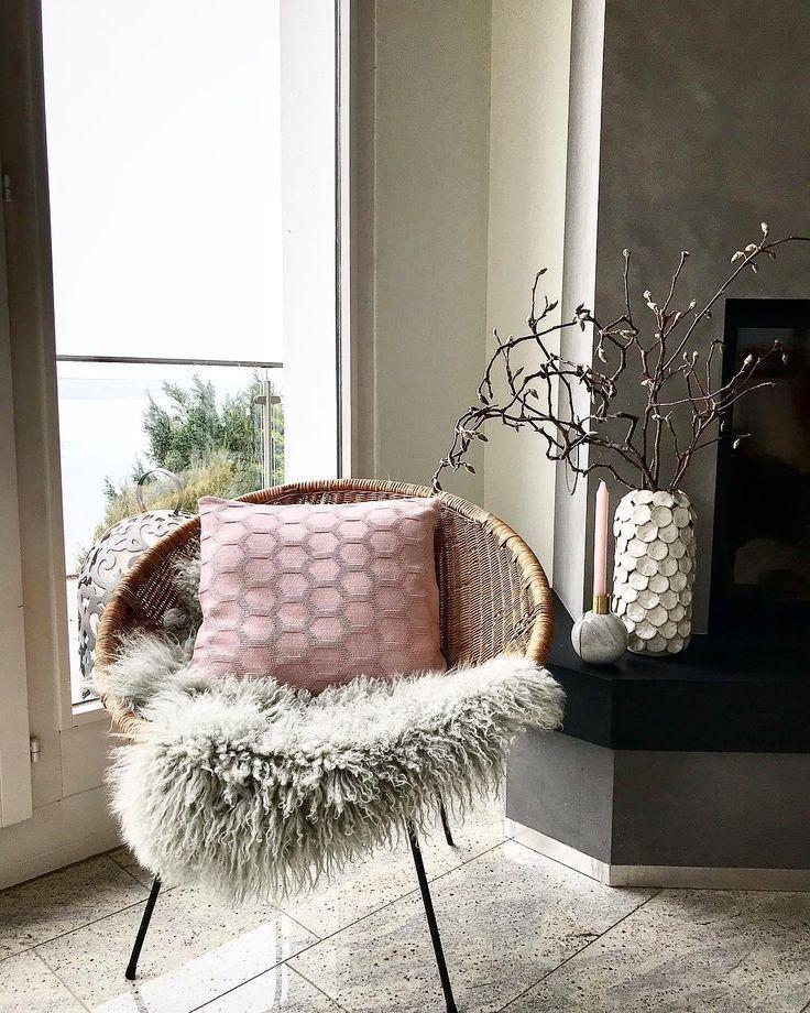 Gemütlicher Sessel mit Schafsfell und Kissen