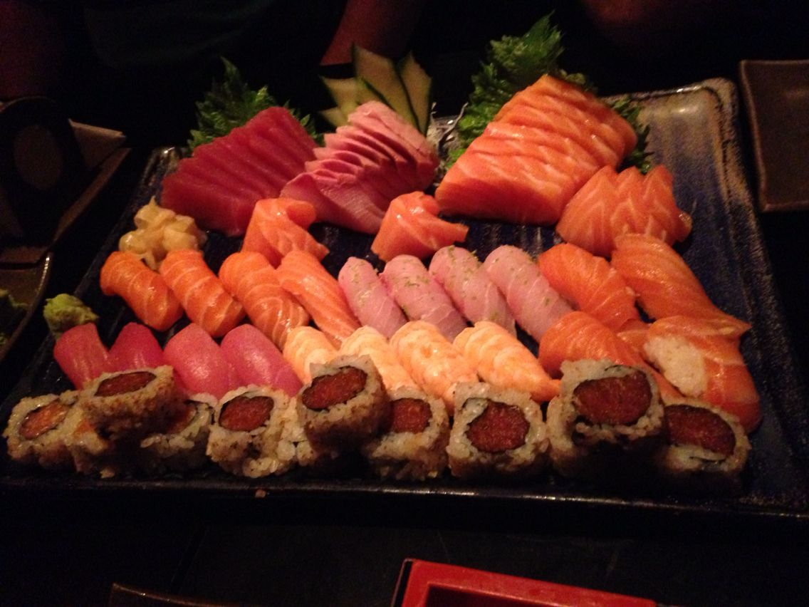 Delicia de combinado no restaurante Ohka. Este sushi de atum batido é super!!! Lugar e galera descola!