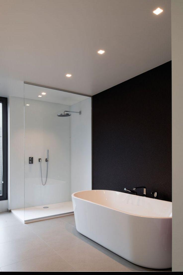 Schlichtes Badezimmer Mit Moderner Dusche Und Freistehender Badewanne Badezimmer Bathroom Interiordesign Design Badkamer Badkamer Inrichting Badkamer Modern