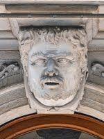 Trieste – Volto maschile sull'arco del portone di via Roma 28