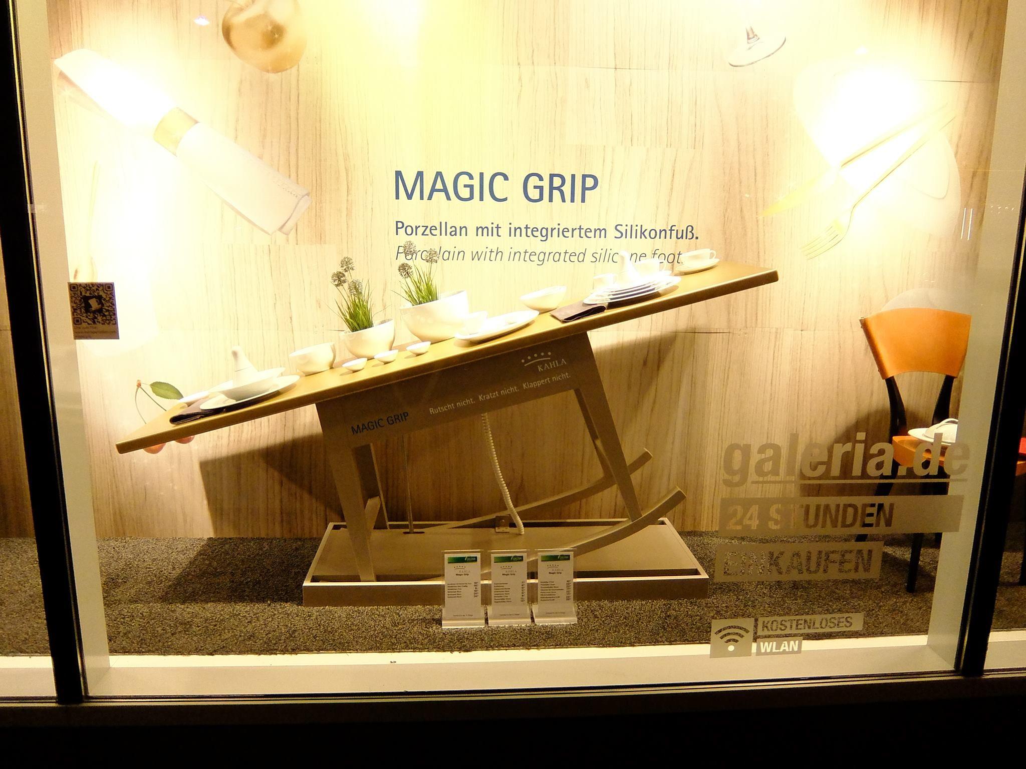 Magic Grip Schaufenster-Inszenierung bei Galeria Kaufhof in Frankfurt am Main.