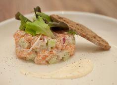 Zalmtartaar met komkommer en mierikswortel; een fris en licht gerecht dat perfect past bij de lente. Lekker tijdens de lunch, brunch of al voorgerecht.