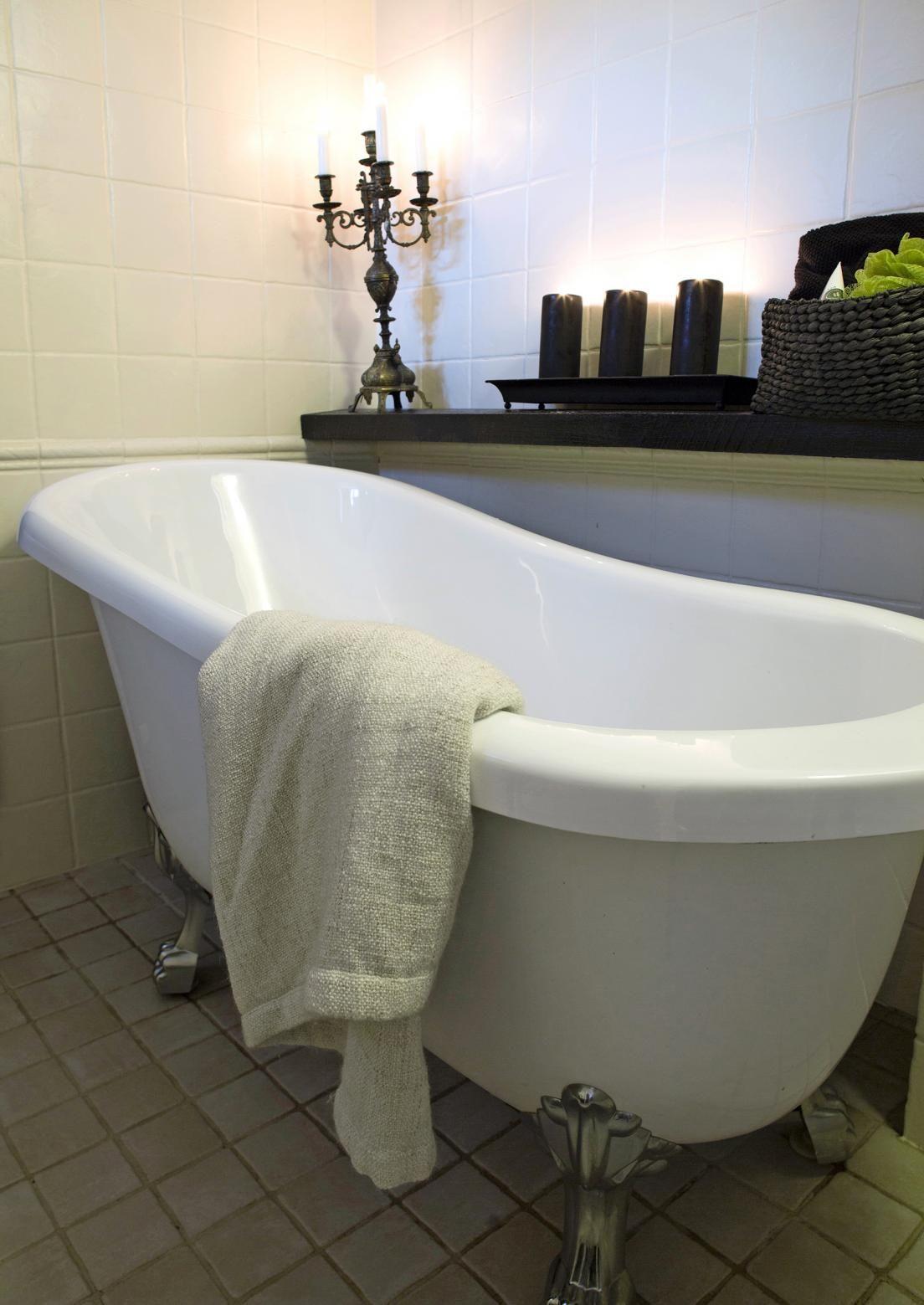 Romanttinen kylpyhuone syntyy lämpimästä värimaailmasta, kuviollisesta lattiasta ja kodin käyttöesineistä. Katso ihanat ideat!