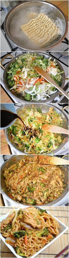 Noodles de frango, cenoura, couve, bróculos, cebola e molho de soja