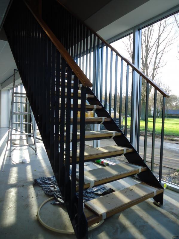 Stalen gepoedercoate trap met houten treden en leuning in for Modern trap