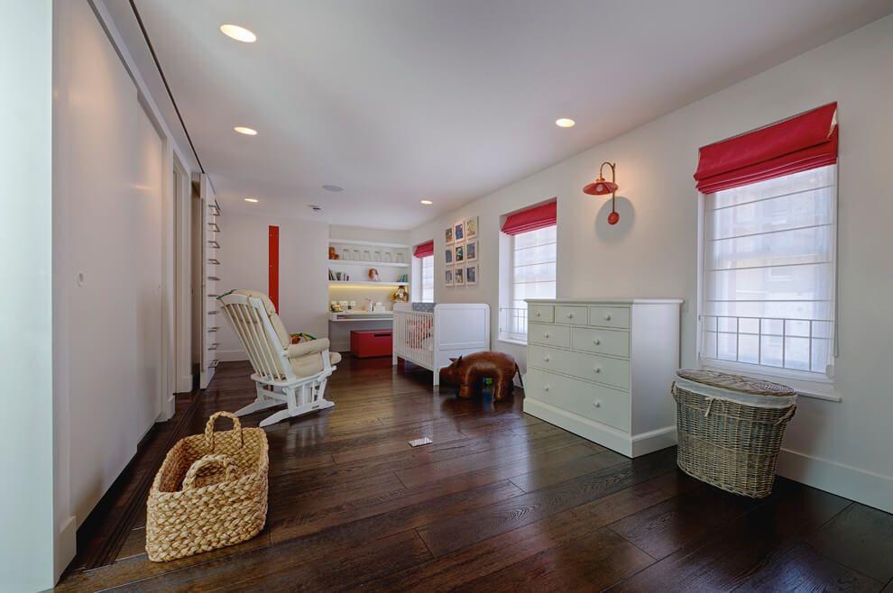 Grande chambre blanche et rouge pour bébé. http://www.m-habitat.fr ...