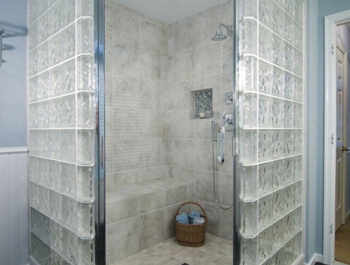 des briques de verre dans la salle de bains