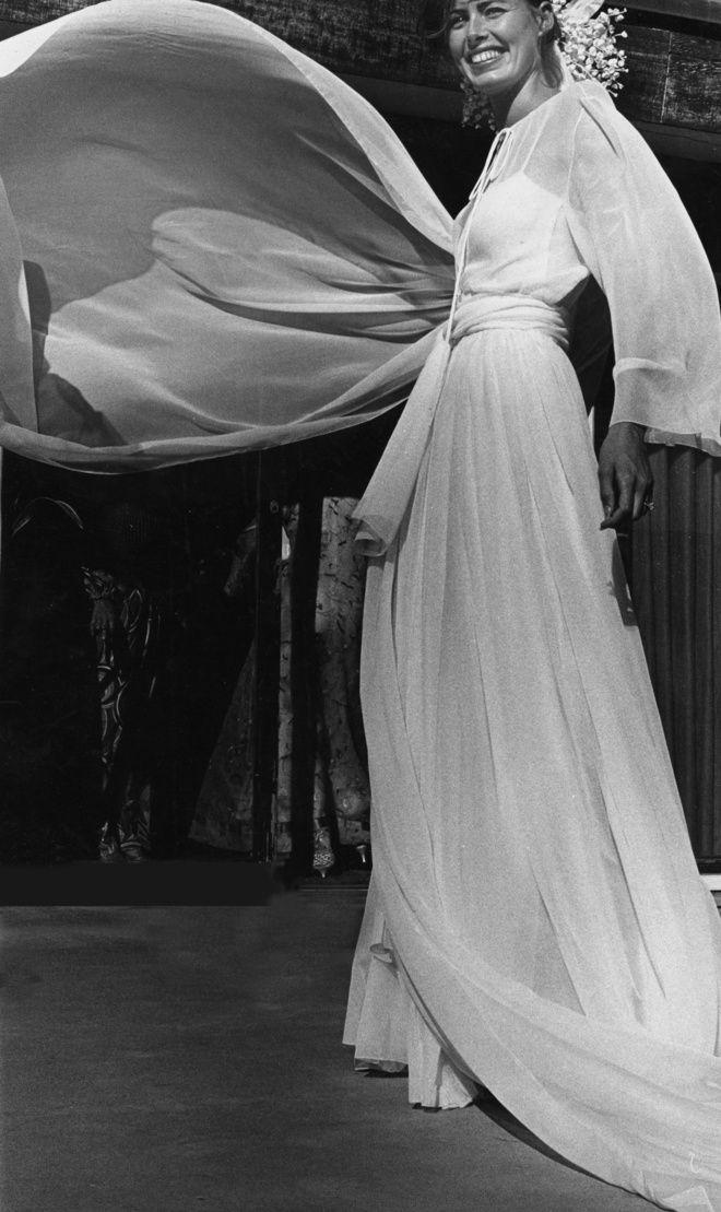 14693286e93 Joan Hemingway ien robe de mariée Dior en 1976