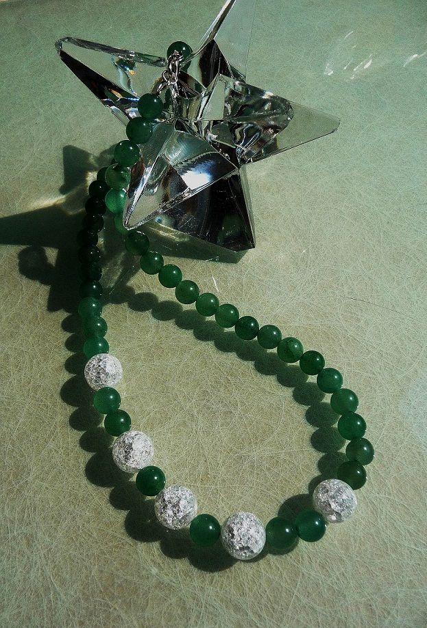 Halskette, edel  Auf Perlon gefädelte Aventurinperlen. Im Mittelstück bilden einige größere gecrashte Bergkristallperlen einen dezenten Blickfang. Der Verschluss ist nickelfrei versilbert. Preis: 34,00 EUR