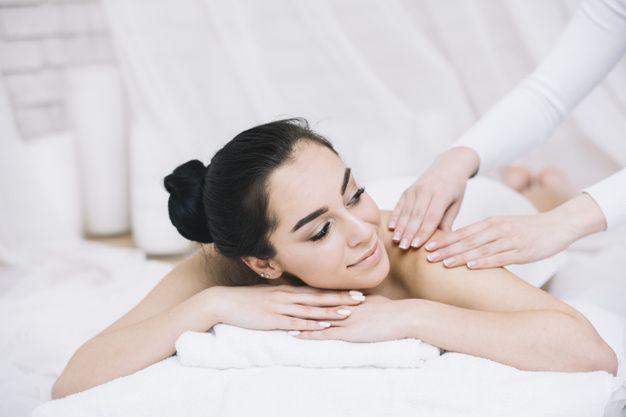 Mulher, recebendo, um, relaxante, massag... | Free Photo #Freepik #freephoto #mulher #natureza #beleza #spa