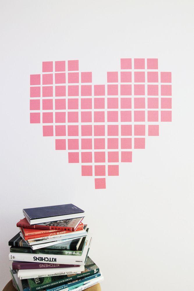 un coeur r alis avec des morceaux de masking tape pour d corer ce mur blanc d co d. Black Bedroom Furniture Sets. Home Design Ideas