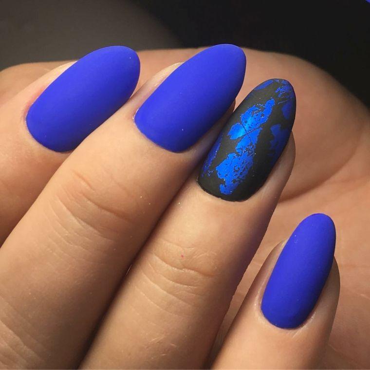 Forma delle unghie a mandorla e di colore blu effetto mat, decorazione in  nero e fiori