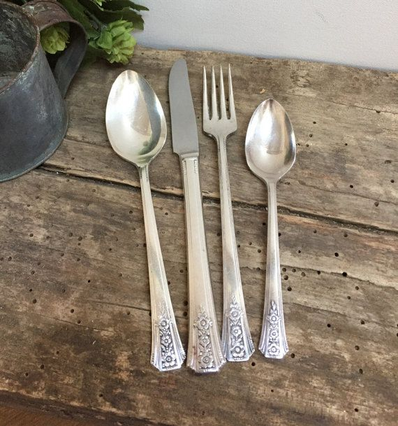 4 Oneida Community Silver Tudor Plate  FORTUNE  Silverplate Dinner Knives  1939
